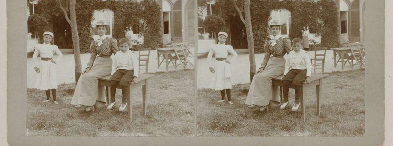 Rijks_Portret van een vrouw en twee kinderen bij een buitentafel, Geldolph Adriaan Kessler, 1899