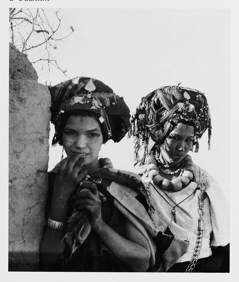 2_Femmes_Ait_Bou_Iknifen_parees_pour_un_mariage_photo_Mireille_Morin_Barde_Coiffures_feminines_du_Maroc_Edisud