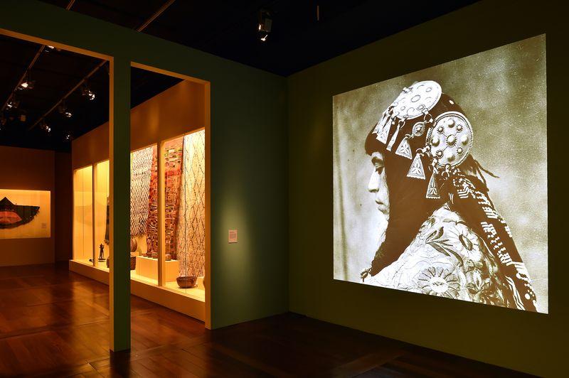 B_Vue_de_l_exposition_Femmes_berberes_du_Maroc_Fondation_Pierre_Berge_Yves_Saint_Laurent_photo_Luc_Castel