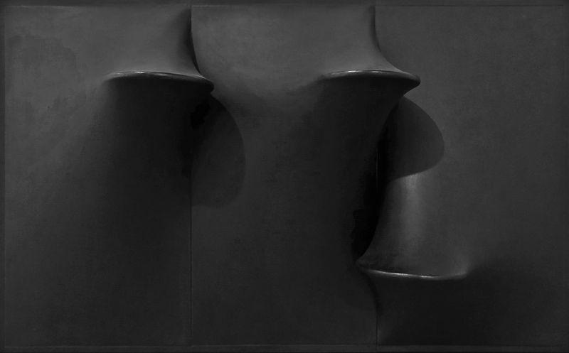Agostino Bonalumi, Nero, 1970, fiberglass and paint on shaped canvas, 80 x 130 cm, courtesy Archivio Bonalumi and Mazzoleni London