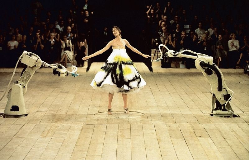 3._Spray_painted_dress_No._13_SS_1999_Model_-_Shalom_Harlow_represented_by_dna_model_management_New_York_Image_-_Catwalking.