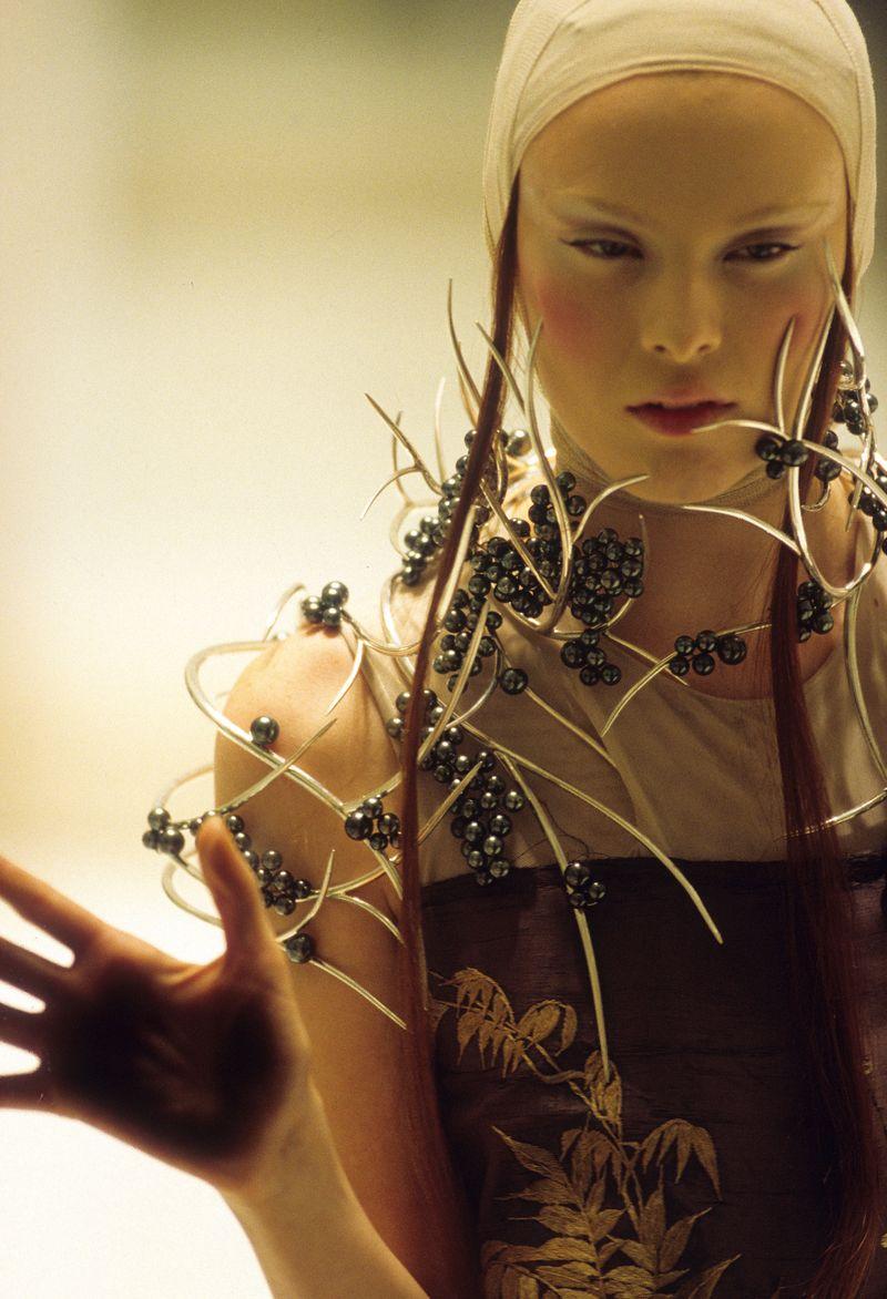 4._Tahitian_pearl_neckpiece_Shaun_Leane_for_Alexander_McQueen_Voss_Spring_Summer_2001_copyright_Anthea_Sims_1