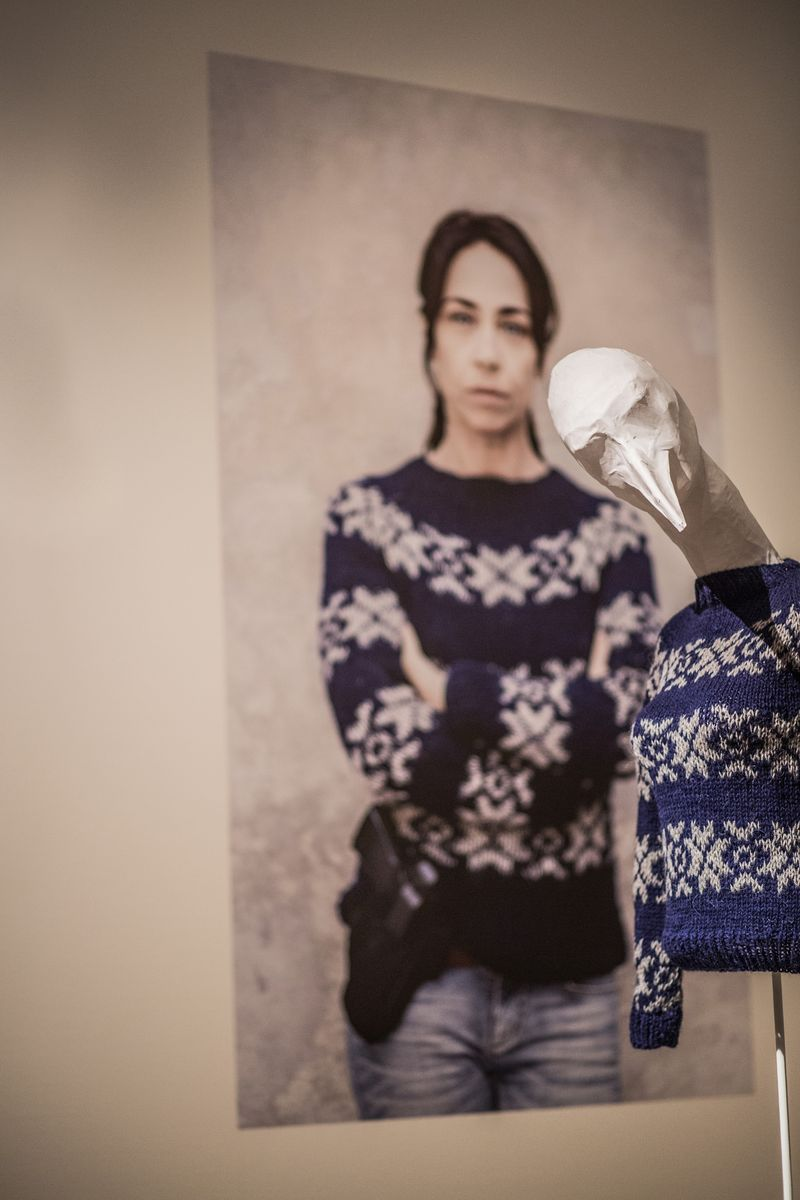 06. Sarah Lund trui in zaal Wie breit die blijft, tentoonstellingszaal Breien! Fries Museum Leeuwarden. Fotografie Lucas Kemper.