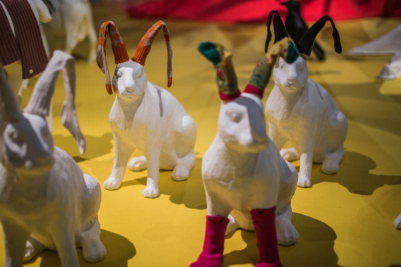 10. Kousen op hazen in zaal Wijdverbreid, tentoonstellingszaal Breien! Fries Museum Leeuwarden. Fotografie Lucas Kemper.