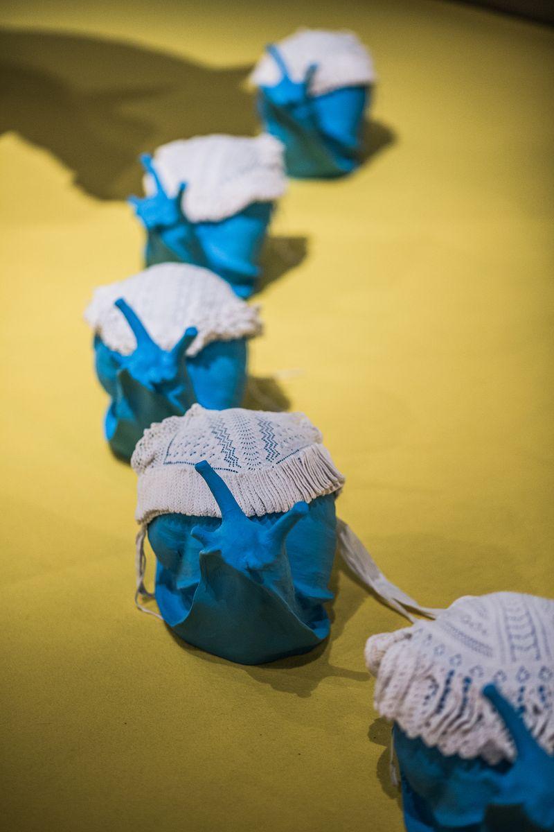 11. Mutsen van ajourbreiwerk op slakken in de zaal Wijdverbreid, tentoonstellingszaal Breien! Fries Museum Leeuwarden. Fotografie Lucas Kemper.