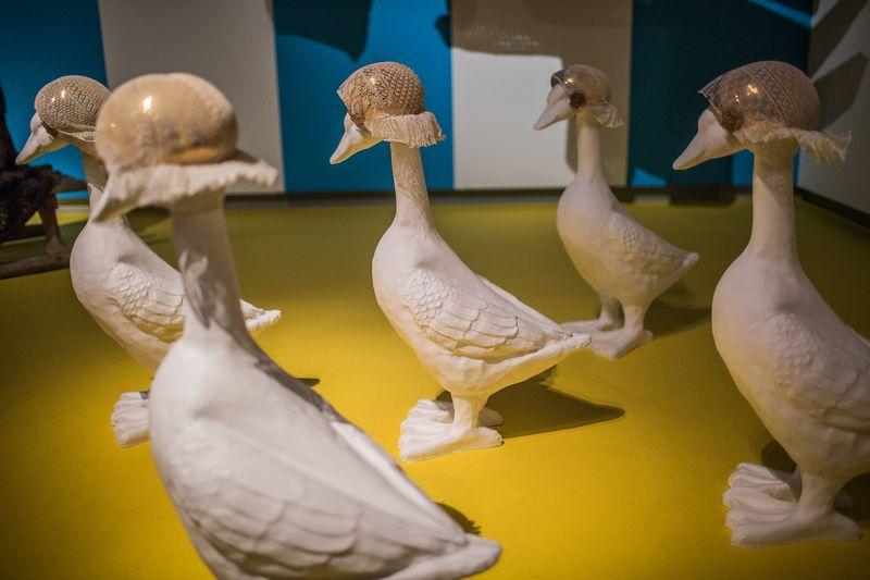 12. Friese floddermutsen op ganzen in zaal Wijdverbreid, tentoonstellingszaal Breien! Fries Museum Leeuwarden. Fotografie Lucas Kemper.