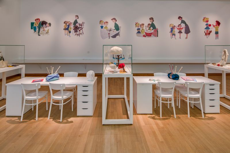 14. Zaal Zet 'em op - de breiplaats, tentoonstellingszaal Breien! Fries Museum Leeuwarden. Fotografie Lucas Kemper.