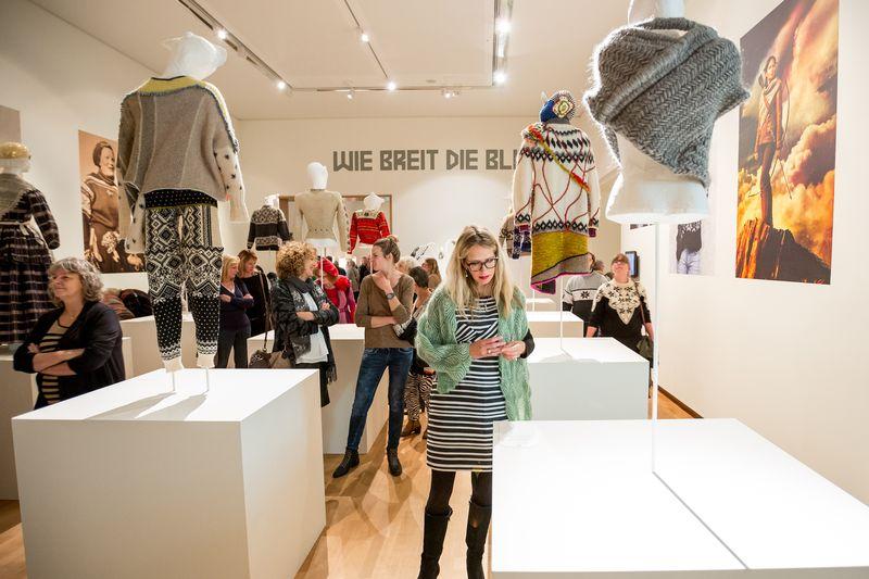 01. Bezoekers in tentoonstelling Breien! in Fries Museum, Leeuwarden. Fotografie Ruben van Vliet
