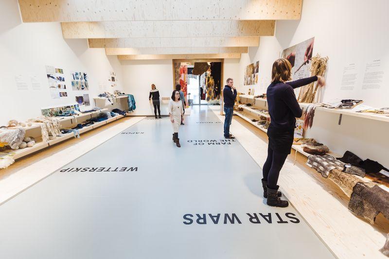 Bezoekers in tentoonstelling Claudy Jongstra - Ancient Light, Fries Museum, Leeuwarden. Fotografie Hans Jellema (3)