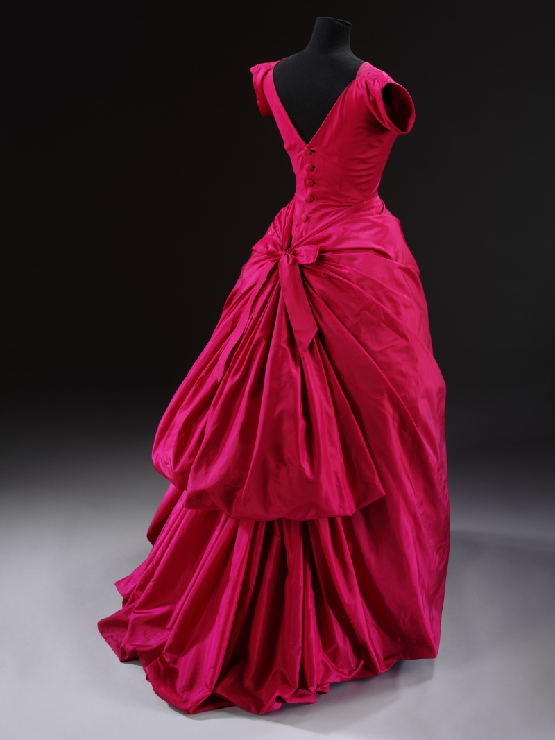 Silk_taffeta_evening_dress_designed_by_Crist+¦bal_Balenciaga_Paris_1954_c_Victoria_and_Albert_Museum_London