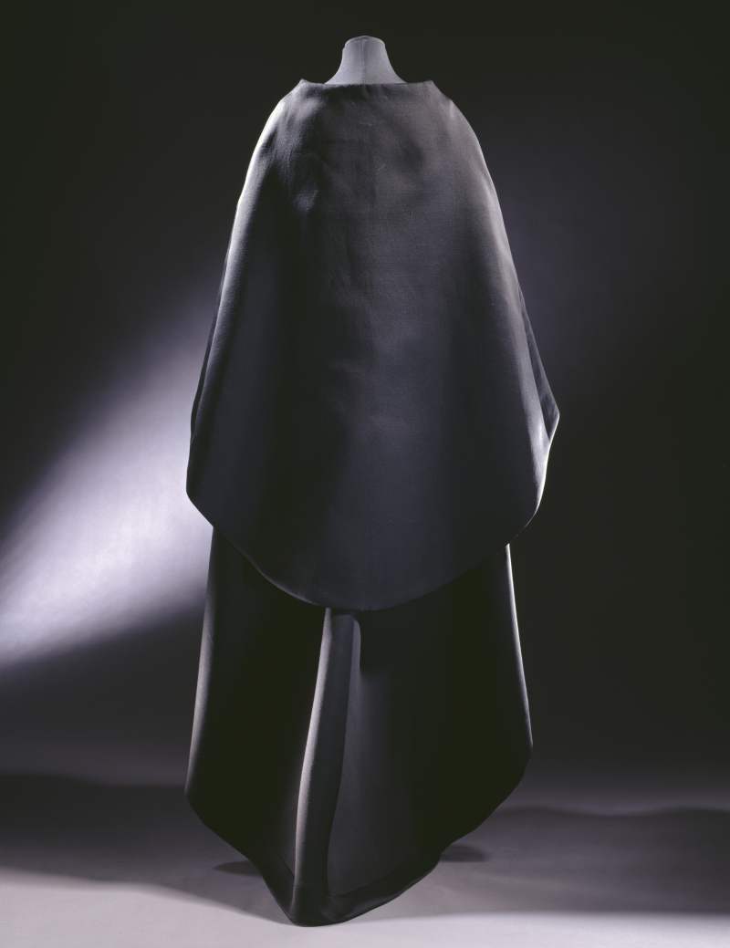 Evening_ensemble_reverse_designed_by_Crist+¦bal_Balenciaga_Paris_1967_c_Victoria_and_Albert_Museum_London