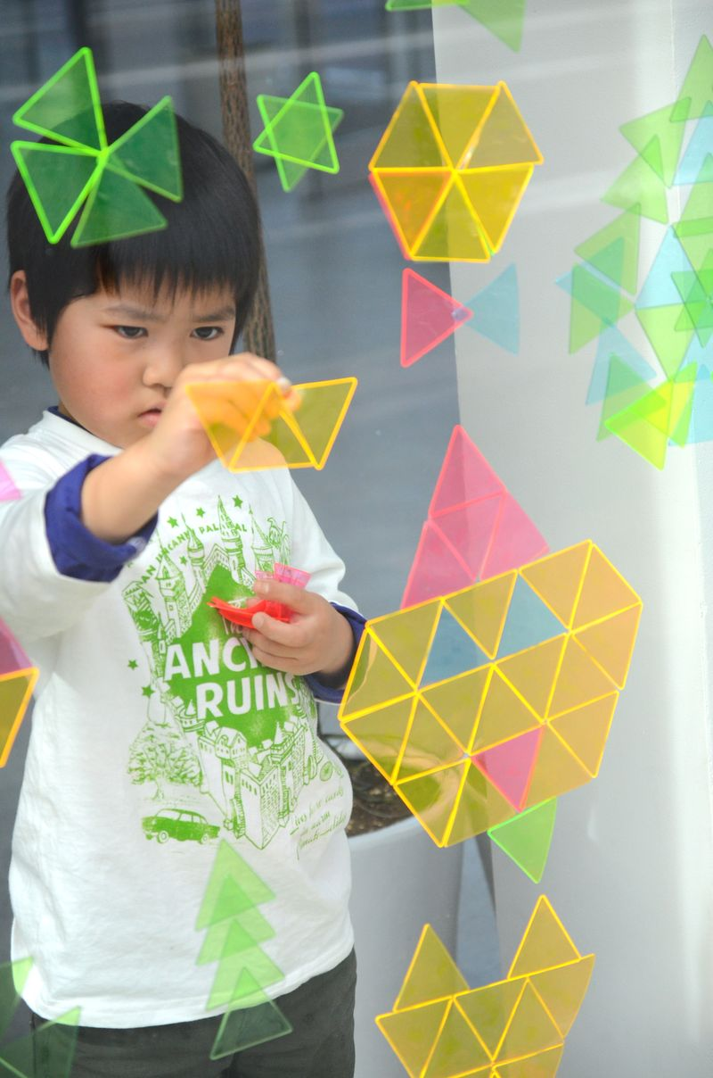 Sankakumado_geometric toys_playful window mosaic16-photographer-Nakano-Ougi