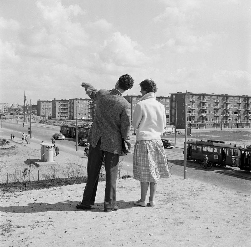 1930-1955 - Man en vrouw kijken uit over nieuwbouwwijk, Amsterdam