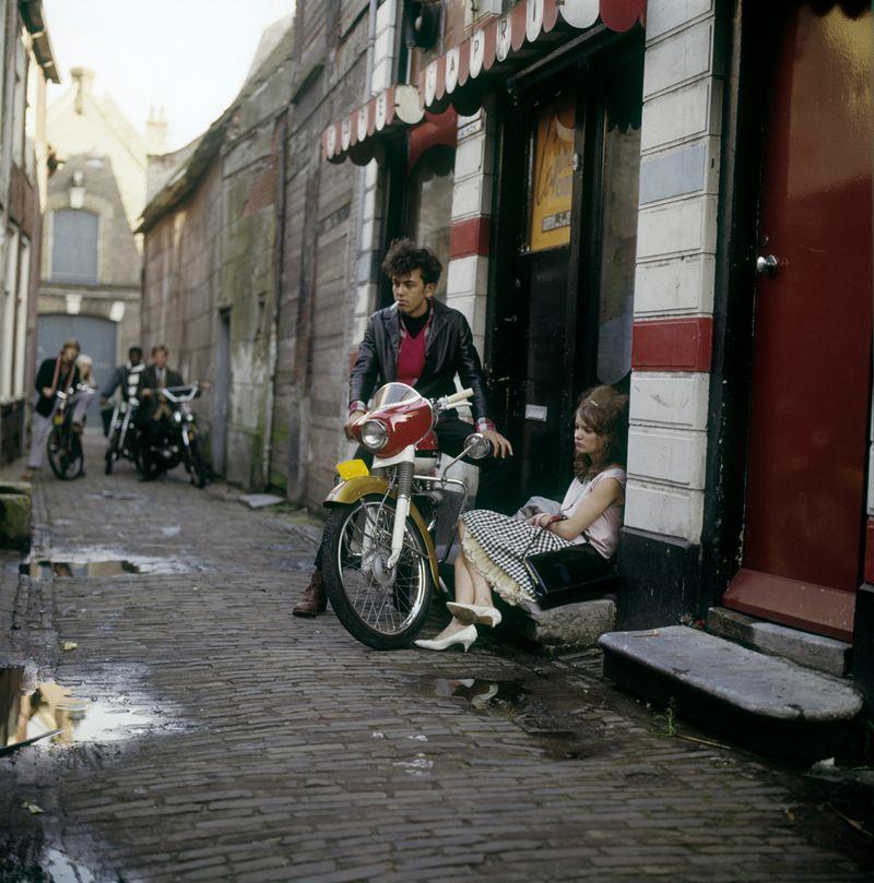 1956-1979 - Jongen en meisje met brommer_1