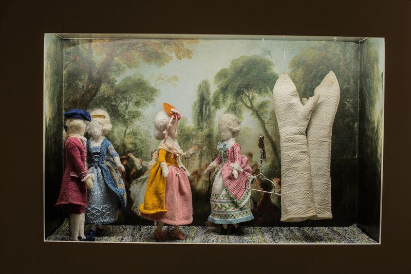 03. Kijkkastje met mitaines in zaal Rode draad, tentoonstellingszaal Breien! Fries Museum Leeuwarden. Fotografie Lucas Kemper.