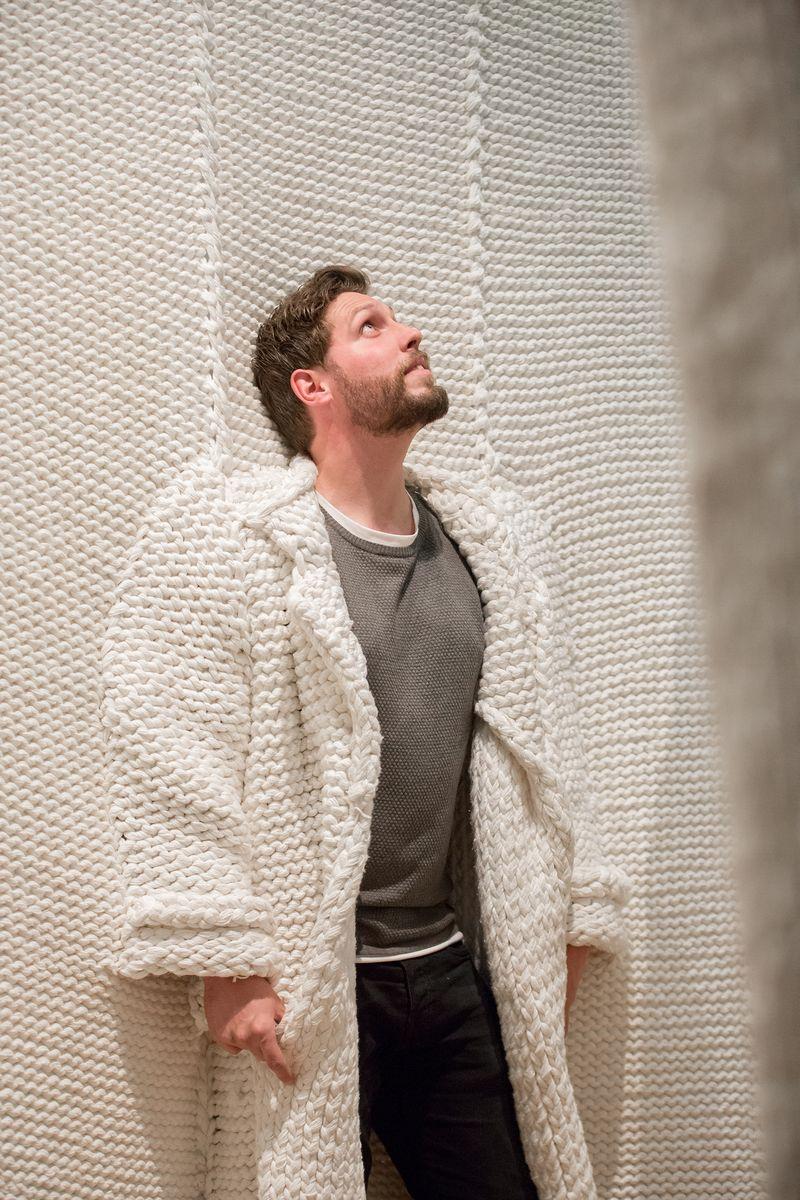 07. Bezoeker in City of Stitches van Isabel Berglund in tentoonstelling Breien!, Fries Museum, Leeuwarden. Fotografie Ruben van Vliet
