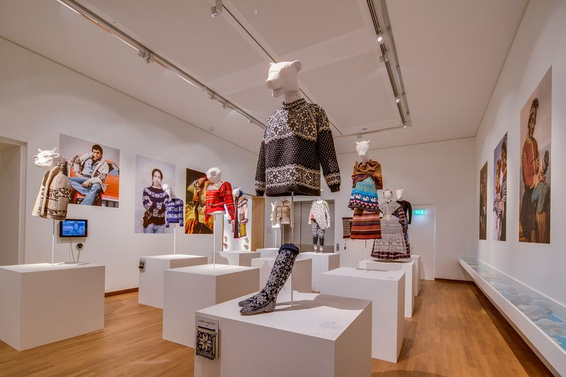 05. Zaal Wie breit die blijft, tentoonstellingszaal Breien! Fries Museum Leeuwarden. Fotografie Lucas Kemper.