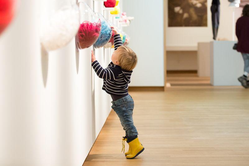 05. Jongetje in tentoonstelling Breien! in Fries Museum, Leeuwarden. Fotografie Ruben van Vliet