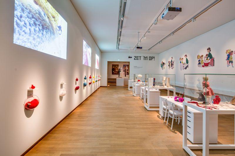 13. Zaal Zet 'em op - de breiplaats, tentoonstellingszaal Breien! Fries Museum Leeuwarden. Fotografie Lucas Kemper.