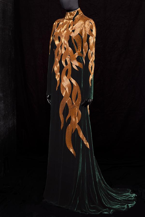 A-Queen-Within-Adorned-Archetypes-Enchantress-Alexander-McQueen-In-Memory-of-Elisabeth-Howe-Salem-1692-AW2007-Photo-Mattias-Lindback-Courtesy-of-RKL.com